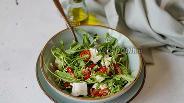 Фото рецепта Салат с рукколой и брынзой с вялеными помидорами