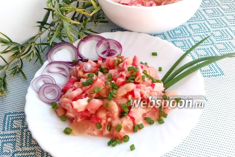 Фото Салат с крабовыми палочками и фасолью с помидорами