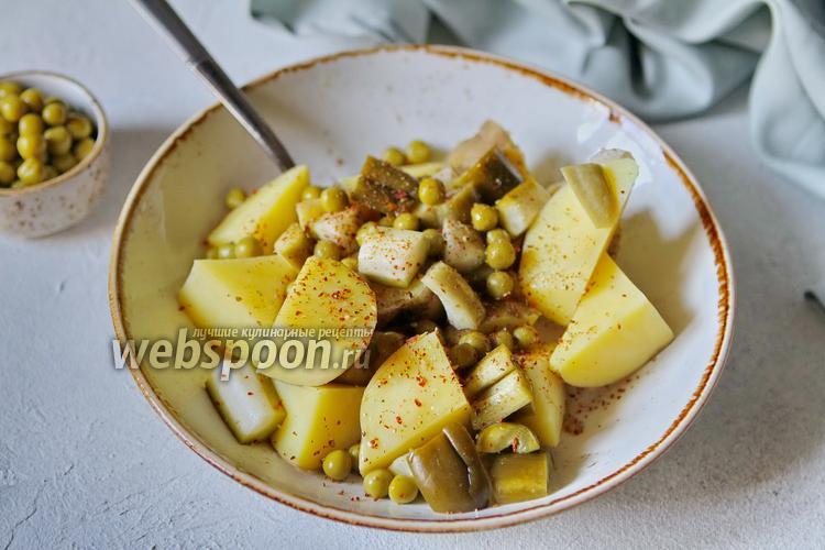 Фото Салат из картофеля и солёных огурцов с зелёным горошком