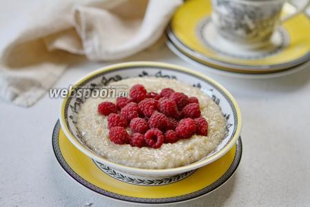 Фото рецепта Овсянка на овсяном молоке с мёдом и малиной