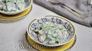 Фото рецепта Салат из свежих огурцов, зелени и редиса с кислым молоком