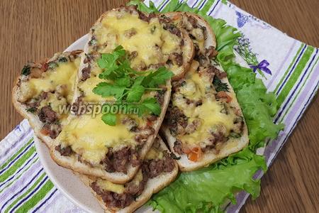 Наши бутерброды с фаршем и сыром отправляем в духовку (180°C) на 5-7 минут. Приятного аппетита!