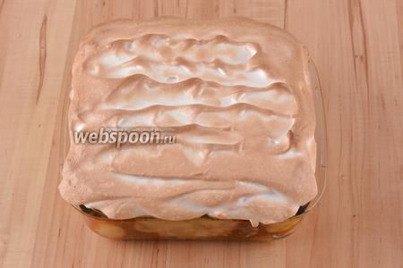 Вынуть блины из духовки. Ложкой выложить белковую пену на горячие блины и отправить в духовку ещё на 7-8 минут до карамелизации белков. Блюдо готово к подаче.