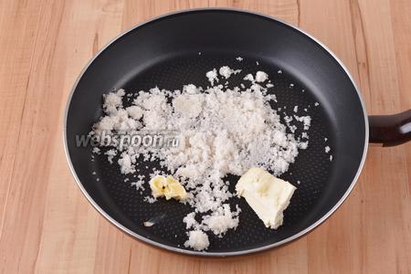 На сковороде растопить 60 грамм сахара и 45 грамм масла.