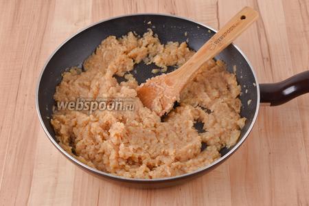 700 грамм яблок очистить, натереть на крупной тёрке и выложить в сковороду. Готовить, помешивая, 15 минут.