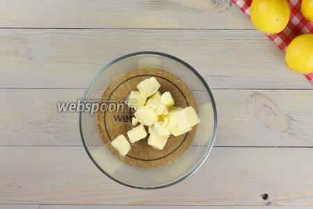 Для приготовления кекса 200 грамм мягкого сливочного масла выложить в посуду, удобную для работы с миксером.