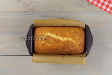 Выпекаем лимонный кекс 40-45 минут до сухой шпажки, при температуре 180°C.