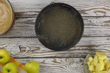 Форму (диаметром 24 см), хорошо смазываем маслом (около 40 граммов) и присыпаем 2-3 столовыми ложками коричневого сахара.