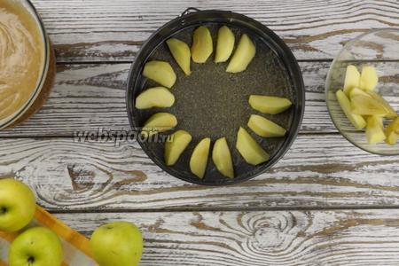 Яблоки 3-4 штуки очистить от кожуры и нарезать не очень тонкими дольками. Затем выложить на дно формы — полностью его заполнив.