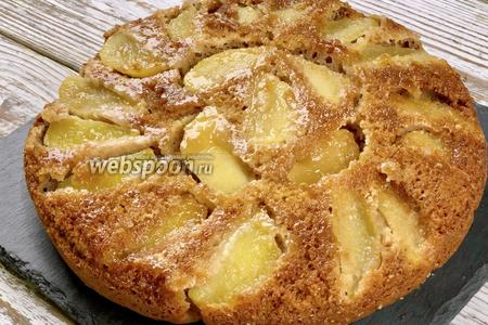 Выпекаем имбирный пирог с яблоками при 180°C 35-45 минут до сухой шпажки. Затем даём остыть 10-15 минут и аккуратно перекладываем на блюдо.