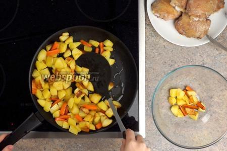 Обжариваем овощи на среднем огне до румяного цвета, около 10-15 минут, периодически помешивая. Затем овощи выкладываем в миску.