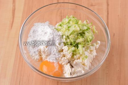 Соединить 250 грамм творога, 1 яичный желток, подготовленную капусту, 1 столовую ложку рисовой муки, 0,5 грамма чёрного молотого перца, 2 грамма соли.