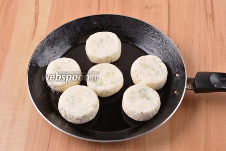 Сковороду смазать тонким слоем подсолнечного масла (всего 1 ст. л.), выложить сырники на подготовленную сковороду. Готовить на среднем огне 2-3 минуты.