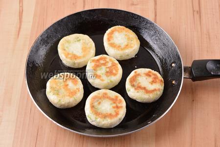 Перевернуть сырники на вторую сторону и готовить ещё 2-3 минуты.