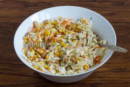 Посолите салат и заправьте его растительным маслом (1 ст. л.). Перемешайте и можно подавать к столу. Приятного аппетита!