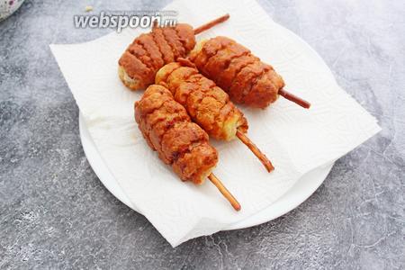 Готовые «ложные» куриные ножки в тесте выкладываем на бумажное полотенце для удаления лишнего масла. Подаём к столу с кетчупом, йогуртом или любым соусом.  Приятного аппетита!