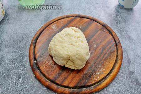 Замесите мягкое, эластичное тесто. Тесто не должно липнуть к рукам.