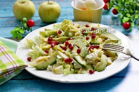Салат из пекинской капусты с авокадо и яблоком