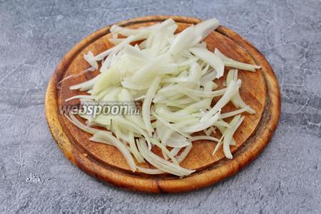 1 луковицу очистите и нарежьте её тонкими перьями. Налейте в сковороду 1 столовую ложку растительного масла и обжарьте лук до мягкости, в течение 2-3 минут.