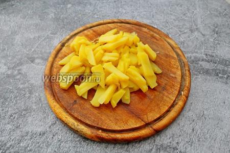 3 клубня отварного в мундирах картофеля очистите и нарежьте небольшими тонкими полосками.