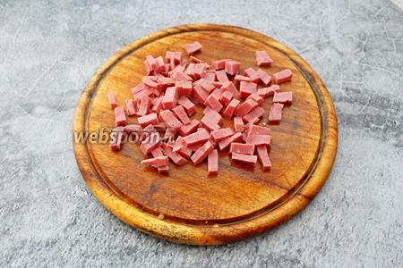 100 грамм ветчины нарежьте небольшими кубиками.
