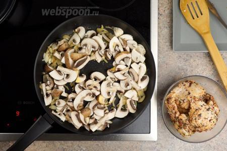 Затем добавляем в сковороду порезанные 200 грамм шампиньонов и готовим всё под крышкой около 5 минут.