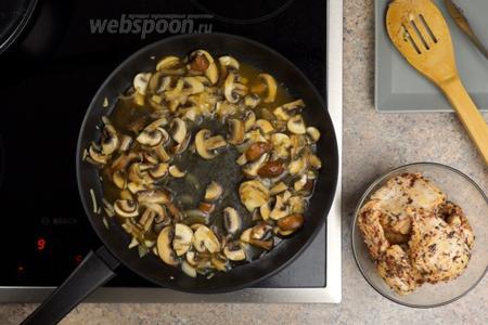 Когда грибы станут румяными, вливаем 100 мл куриного бульона или воды.