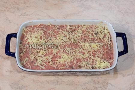 Выложить в форму для запекания, посыпать оставшимся сыром (10 г).