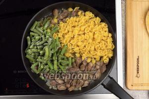 Затем добавляем 250 грамм сухих (сырых) макаронных изделий и 200 грамм замороженной фасоли.