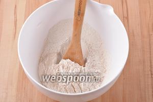 260 грамм пшеничной муки просеять, соединить с 8 граммами сухих быстродействующих дрожжей и 2 граммами соли. Перемешать.