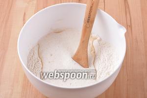 Соединить мучную и яичную смесь. Замесить тесто. Для замеса теста можно воспользоваться миксером или кухонным комбайном с насадкой «крюк». Месить тесто 5 минут.