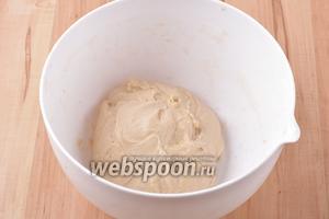 Поместить готовое тесто в достаточно объёмную посуду, накрыть её влажным полотенцем и оставить в тёплом месте на 1-1,2 часа.
