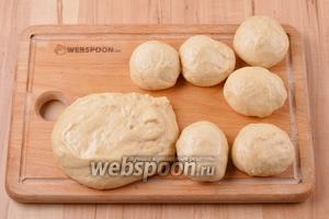 Обмять тесто и разделить на 10 одинаковых по весу кусочков (воспользуйтесь весами). Вес 1 кусочка примерно 60 грамм. Сформировать из каждого кусочка круглые или слегка удлинённые булочки.