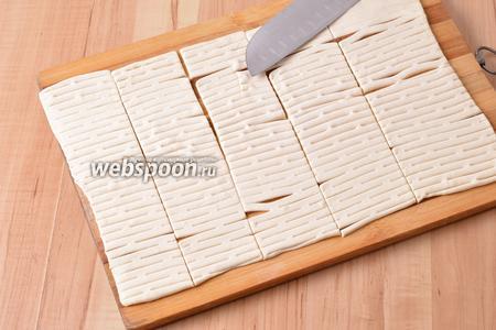 Острым ножом нарезать подготовленное тесто прямоугольниками, размером приблизительно 4х6 сантиметров.