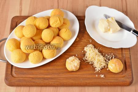 Перед самой подачей смазать каждое печенье сверху тонким слоем мягкого сливочного масла (всего 15 грамм) и посыпать натёртым на мелкой тёрке сыром (всего 50 грамм).