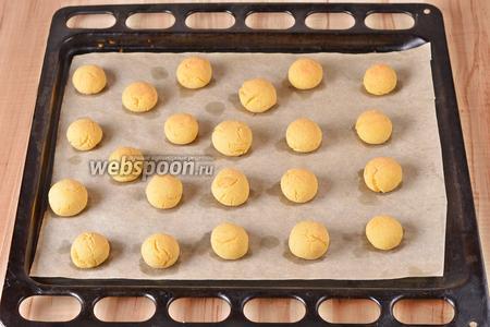 Выпекать при 180°С до слегка золотистого цвета печенья, приблизительно 13 минут.