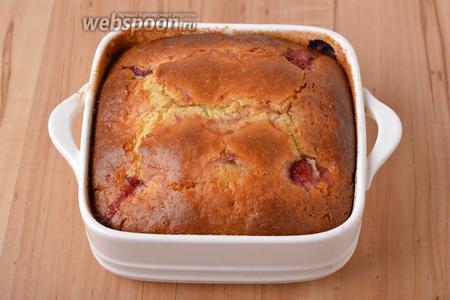 Выпекать клубничный пирог при 180°С до готовности (до сухой лучинки) приблизительно 45 минут.