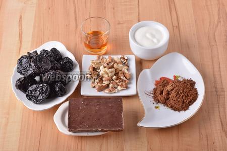 Для работы нам понадобится чернослив, шоколад, коньяк, грецкие орехи, какао, сливки.