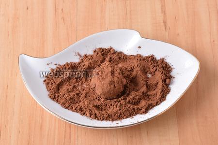 Набирать полную чайную ложку массы, сформировать из неё шарик и обкатать в порошке какао (всего 15 грамм). Отправить трюфели в холодильник на 1 час.