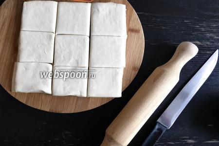 Разрезаем тесто на равные квадраты.