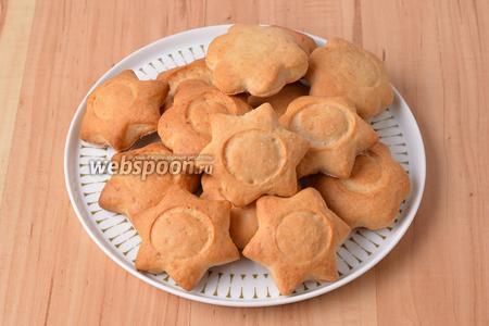 Печенье готово к подаче. По желанию такое печенье перед подачей можно посыпать сверху сахарной пудрой или соединить по 2 штуки с помощью густого повидла.