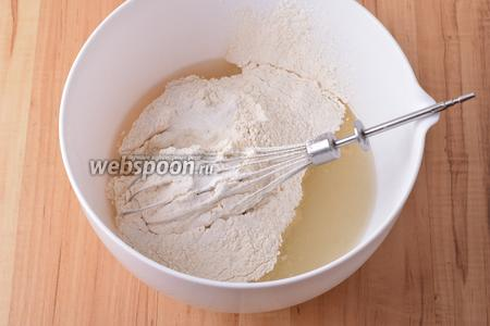Вмешать 220 грамм просеянной муки и 1,5 ч. л. разрыхлителя.