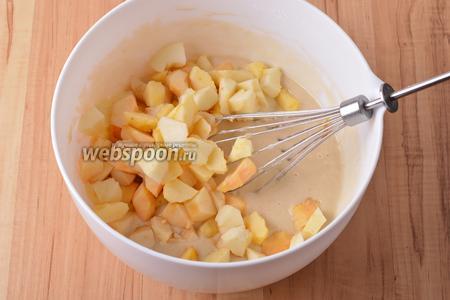 400 грамм яблок очистить от кожуры, удалить сердцевину. Мякоть нарезать кусочками и вмешать в тесто.