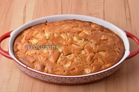 Выпекать пирог при 180°С до готовности (до сухой лучинки) приблизительно 50 минут. Остудить, нарезать кусочками. Яблочная шарлотка готова к подаче.