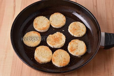 Обжарить заготовки до золотистого цвета с обеих сторон на горячей сковороде с 15 мл подсолнечного масла. Переложить заготовки на тарелку и охладить.