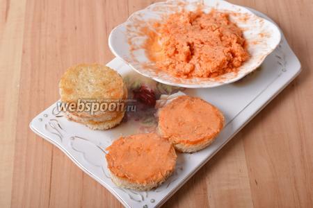 Смазать заготовки с одной стороны и по бокам томатным маслом.