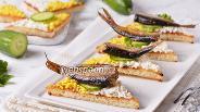 Фото рецепта Чесночные гренки со шпротами и яйцом