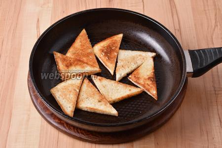 Смазать каждый треугольник с обеих сторон тонким слоем подсолнечного масла (всего 25 мл). Обжарить с обеих сторон до золотистого цвета.