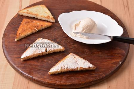 Смазать сторону, натёртую чесноком, плавленым сыром (всего 50 г).