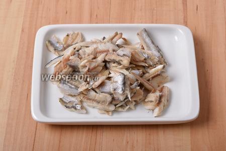 Вынуть рыбу из отвара. Отделить мясо от костей.